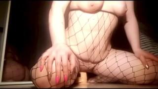 免费的Xxx电影 - Chubby Milf 胖乎乎的肚子年轻妈妈在丝袜的假阳具