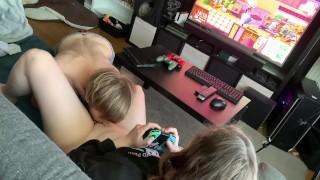 玩家女孩在玩动物之森时舔她的阴户,然后他操她