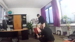 如何拍摄色情电影 制片人 Titus Steel 演员 Stefan Steel 和 Sandy Big Boobs