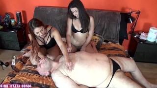Schiavo con piccolo pene umiliato e sottomesso con nipple play e spanking da due giovani mistress