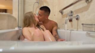 Faccio un bagno caldo insieme a Babybunny2k (DIALOGHI ITA)