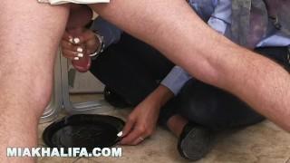 MIA KHALIFA 用她的手在循环第二部分给公鸡挤奶