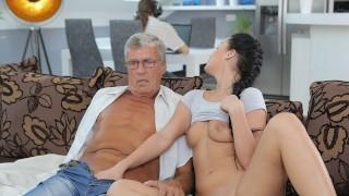 DADDY4K 布鲁内特使用 BF 的爸爸的棍子满足她的性需求