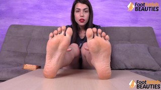 Hot Petra Feet脱掉袜子然后闻脚