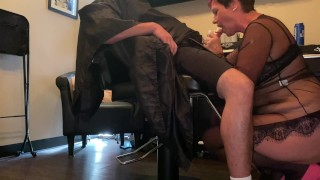 Hairstylist gives Blowjob to a client
