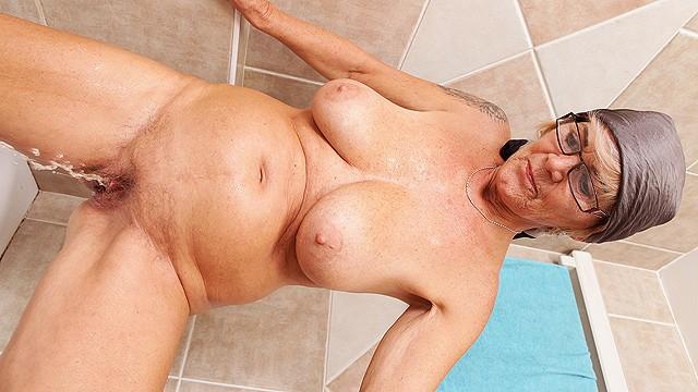 busty mom peeing in the bathtub