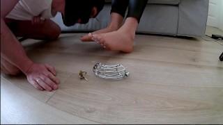 ถุงน่องเท้าเหนือกรง Cumshot บนเท้าและล้างน้ำเชื้อ