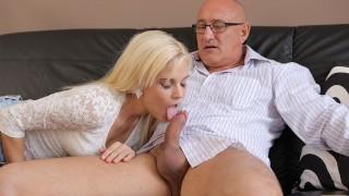 DADDY4K Un homme d'affaires mature ne craint pas de baiser la petite amie mignonne de son fils
