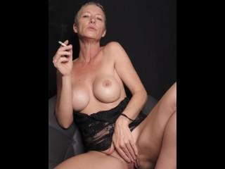 Kiki Deez Smoking and Cums 2 Times Fingering Herself